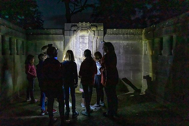 Kinder bei der Taschenlampenführung im Schlosspark
