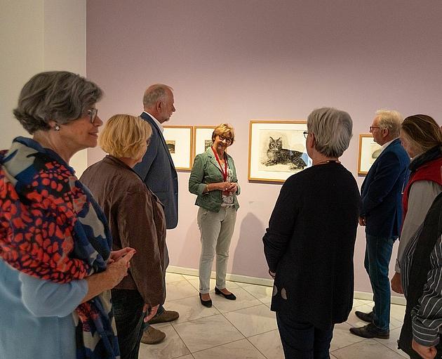 Besuchergruppe bei einer Führung durch die Ausstellung