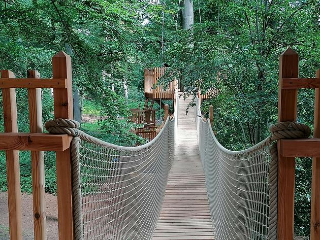Teil der Baumhauslandschaft: die Hängebrücke