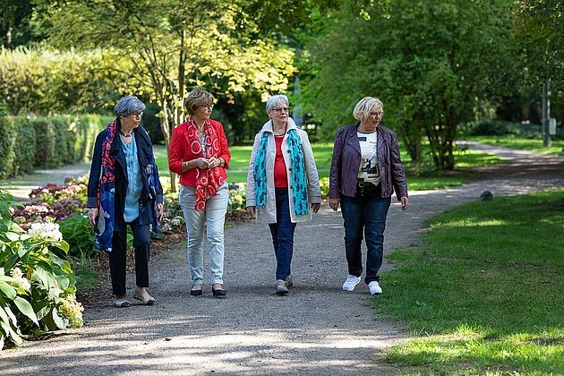 Frauengruppe beim Rundgang durch den Park